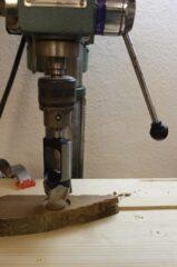 Ausbohren der Holzrohlinge an Ständerbohrmaschine