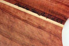 Eingebrannte Signatur im Holz