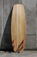 Unterseite des Holzsurfbretts