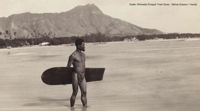 Historische Aufnahme Alaia-Surfers auf Hawaii