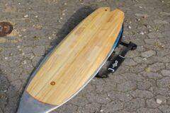 Hollow-Wood-Surfboard mit repariertem Oberdeck