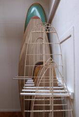 Surfboard-Ständer im Wohnzimmer