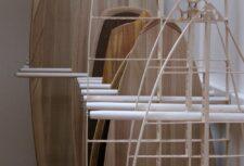 Surfbrett-Ständer im Wohnzimmer