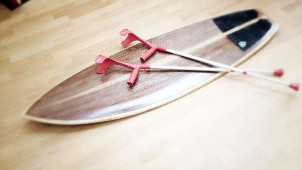 Holz-Kiteboard und Krücken