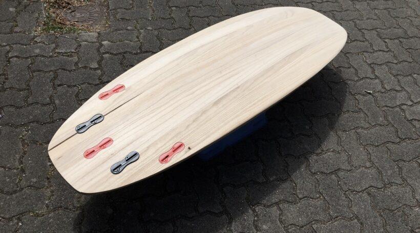 Surfboard aus Paulownia-Holz mit Kork-Rails