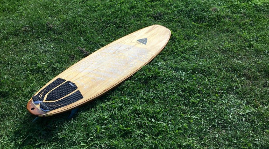 Surfbrett mit Holzhülle üner recyceltem EPS-Kern
