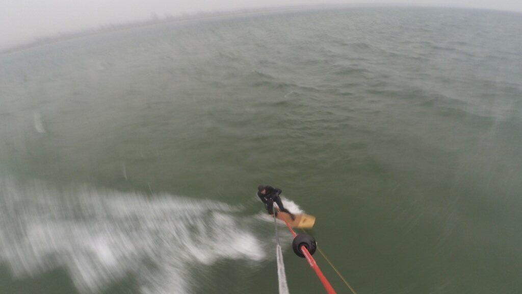 Kitesurfen im Kieler Dezembernebel