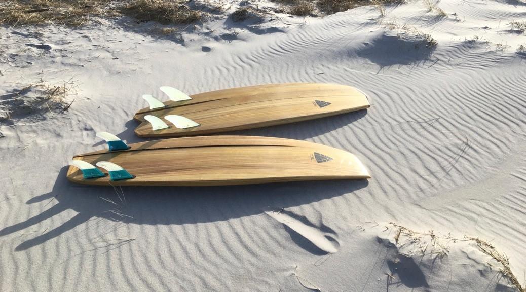 Holzsurfbretter am Ostseestrand