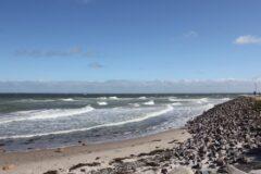 Wellen an der Mole in Heiligenhafen