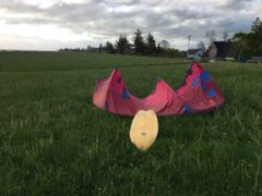 Kite aufbauen auf Wiese hinter dem Damm
