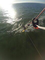 Kniend surfen auf dem Alaia