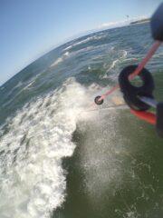 Kitesurfer von der Welle verschluckt