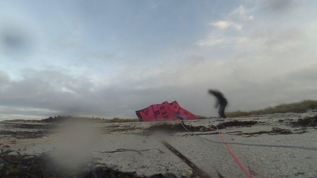 Kitesurfen am menschenleeren Strand