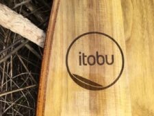 ITOBU-Logo gelasert auf Paulownia