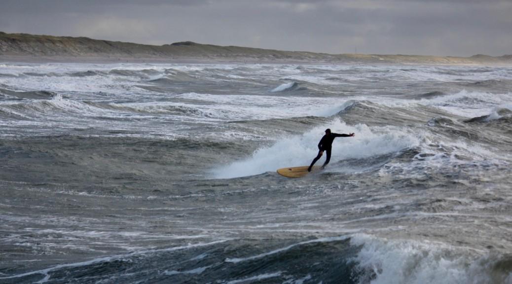 Wellenreiten in Hvide Sande an der Mole