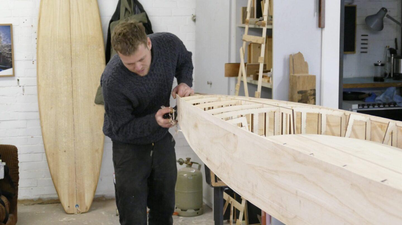 Jannek Grocholl beim Beihobeln des Decküberstandes